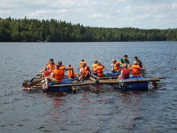 Stensjö Camping in Zweden: varen op zelfgebouwd vlot