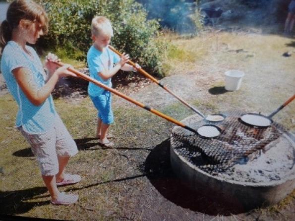 Pannenkoeken bakken boven houtvuur